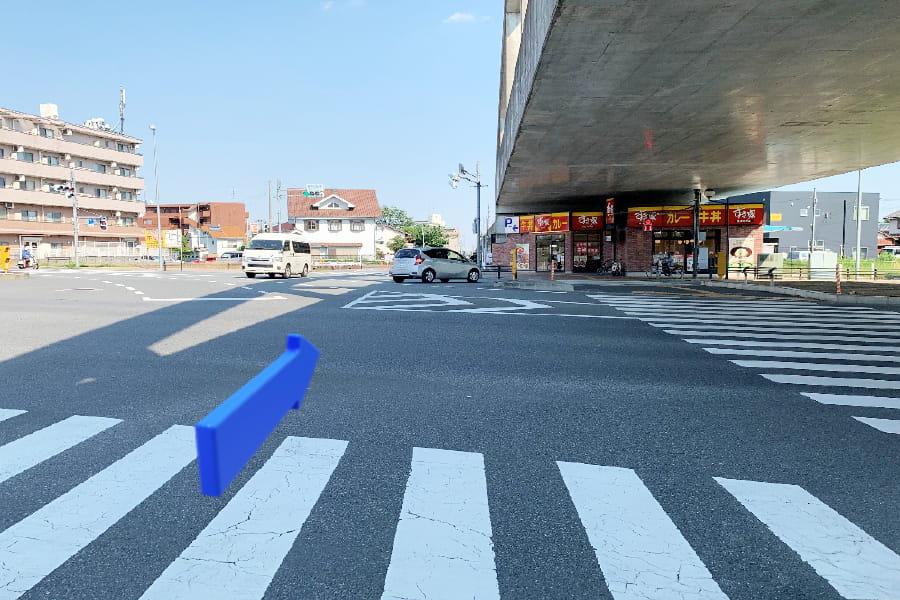 線路横を行き、鶴川街道を渡ります。