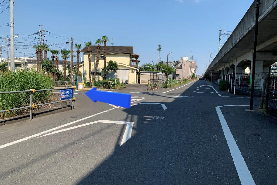 線路横の道を進み、T字路を左折します。